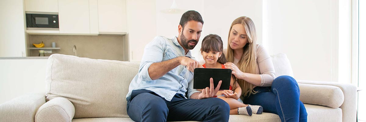familia con app agenda escolar