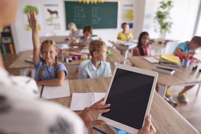 profesora con agenda escolar en clase